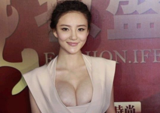 hot chinese girl Liuyuxin showing her breast again
