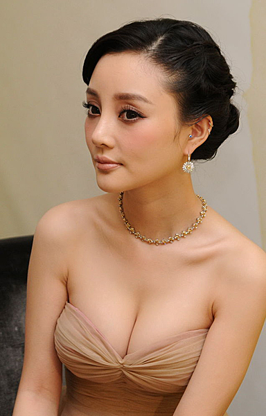 actress Lixiaolu shows her breast